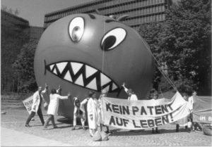 """Demonstration """"Kein Patent auf Leben"""" mir Riesen-Tomate"""