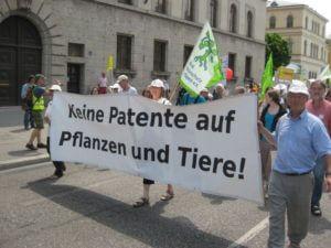 """Plakat """"Keine Patente auf Pflanzen und Tiere"""" auf Demonstration """"Wir habens satt"""""""