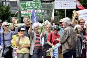 Demonstration verschiedener Umweltbewegungen gegen die Handhabung des Europaeischen Patentamtes bei der Patentierung von Lebensmitteln und Tieren.